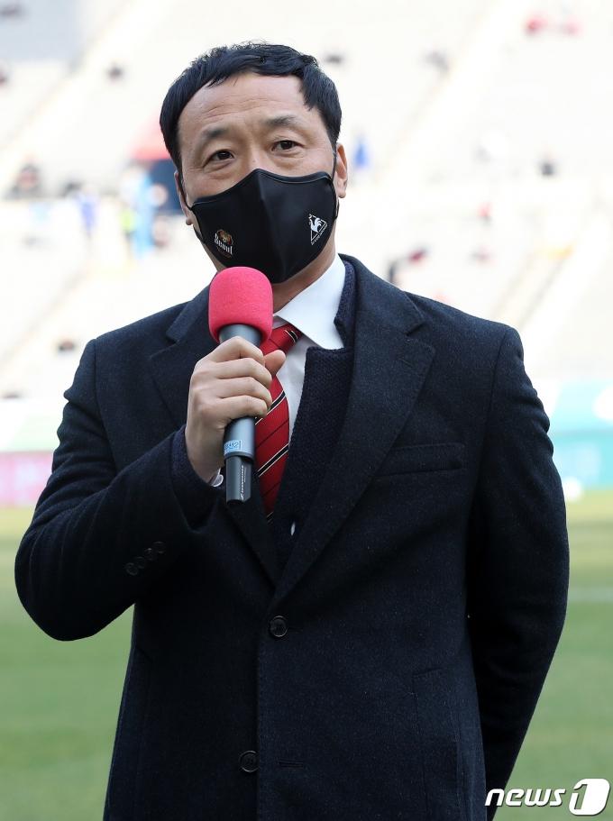 [사진] 홈 개막전 경기에 앞서 인사말하는 FC서울 박진섭 신임감독
