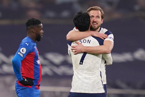 토트넘 홋스퍼 공격수 해리 케인(오른쪽)이 8일(한국시간) 영국 런던의 토트넘 홋스퍼 스타디움에서 열린 2020-2021 잉글랜드 프리미어리그 27라운드 크리스탈 팰리스와의 경기에서 후반 31분 팀의 4번째 득점을 터트린 뒤 도움을 올린 손흥민과 얼싸안으며 기뻐하고 있다. /사진=로이터