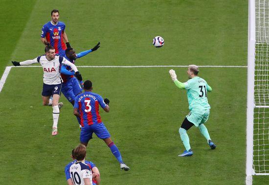토트넘 홋스퍼 공격수 가레스 베일(왼쪽)이 8일(한국시간) 영국 런던의 토트넘 홋스퍼 스타디움에서 열린 2020-2021 잉글랜드 프리미어리그 27라운드 크리스탈 팰리스와의 경기에서 후반 4분 헤더득점을 터트리고 있다. /사진=로이터