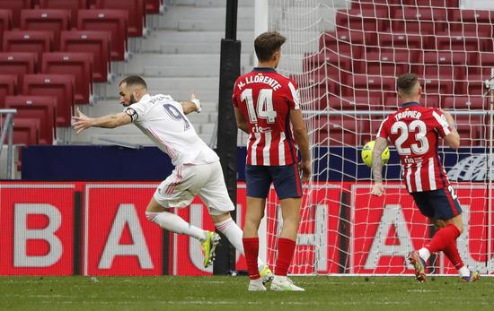 레알 마드리드 공격수 카림 벤제마(왼쪽)가 8일(한국시간) 스페인 마드리드의 완다 메트로폴리타노에서 열린 2020-2021 잉글랜드 프리미어리그 27라운드 아틀레티코 마드리드와의 경기에서 0-1 상황이던 후반 43분 동점골을 터트린 뒤 기뻐하고 있다. /사진=로이터