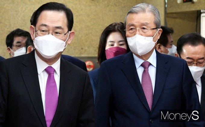[머니S포토] 비대위 회의 들어서는 김종인-주호영