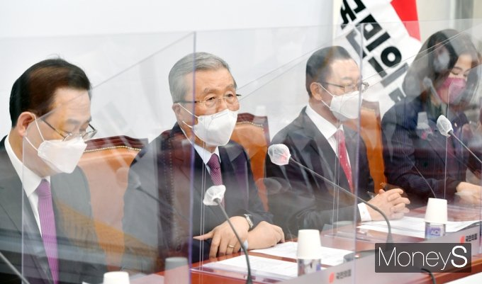 """[머니S포토] 김종인 """"오늘 여론조사 오세훈 약진, 국힘 후보 당선될 것이라는 확신 있어"""""""