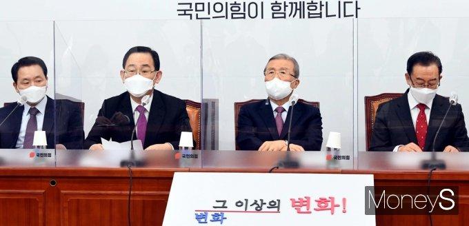 [머니S포토] 코로나19 백신 접종 상황 관련 발언하는 '주호영'
