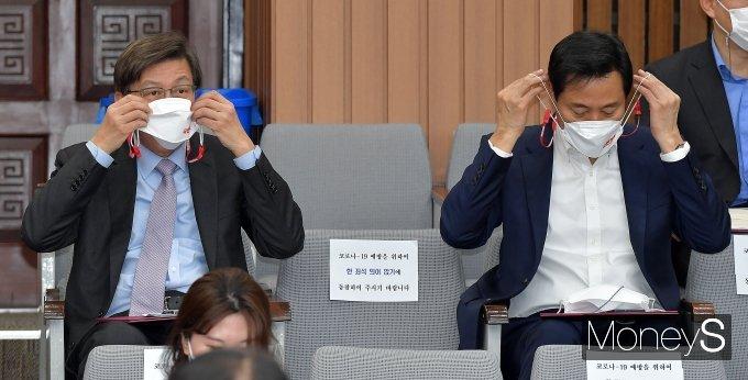 [머니S포토] 마스크 고쳐 쓰는 박형준-오세훈
