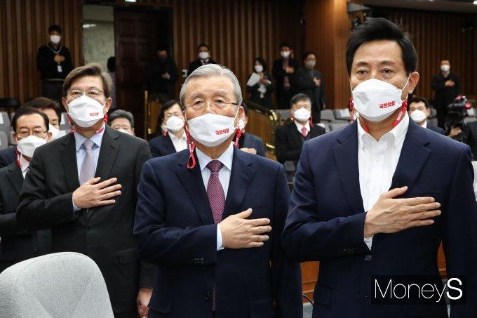 [머니S포토] 국민의례 하는 김종인-박형준-오세훈