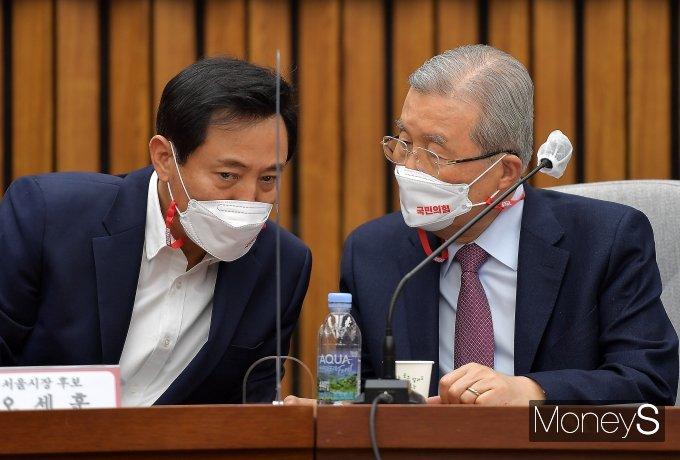 [머니S포토] 서울·부산시장 후보 및 시·도당위원장 연석회의서 대화하는 김종인·오세훈