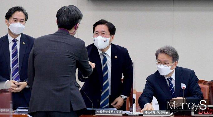 [머니S포토] 2021 추경안 국회, 상임위 인사 나누는 성윤모·권칠승 장관