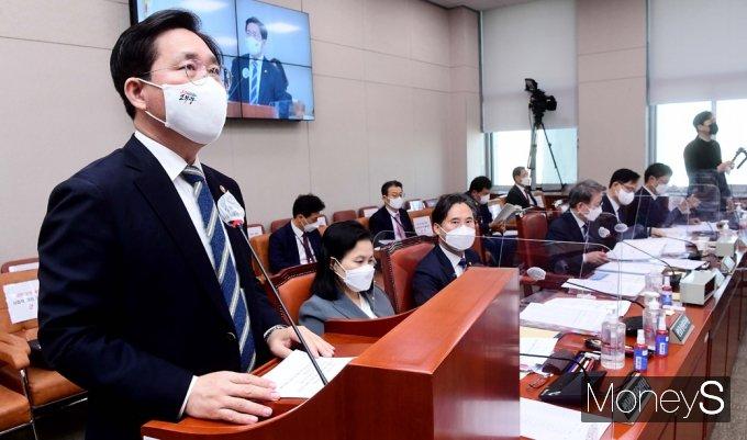 [머니S포토] 국회 산자중기위, 업무보고하는 성윤모 산업 장관