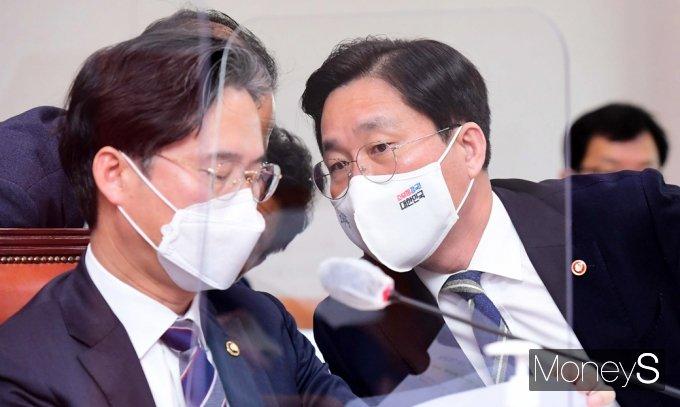 [머니S포토] 국회 산자중기위, 관계자 보고받는 '성윤모' 장관