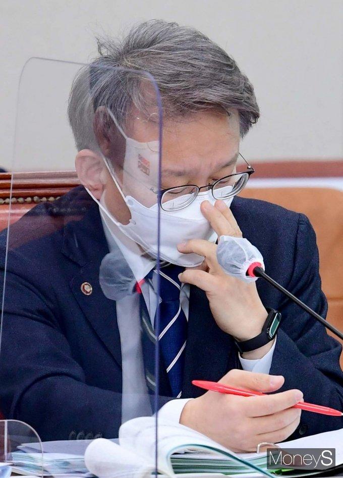 [머니S포토] 마스크 고쳐쓰는 권칠승 중기 장관