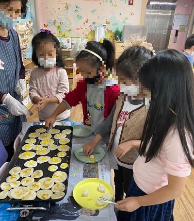 공유어린이집 재원 유아들이 국화전 나누어 만들기 활동에 참여하고 있다./사진제공=서초구