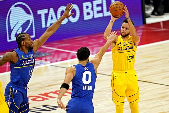 팀 르브론의 가드 스테판 커리(오른쪽)가 8일(한국시간) 미국 조지아주 애틀란타의 스테이트 팜 아레나에서 열린 2021 NBA 올스타전에서 야투를 시도하고 있다. /사진=로이터