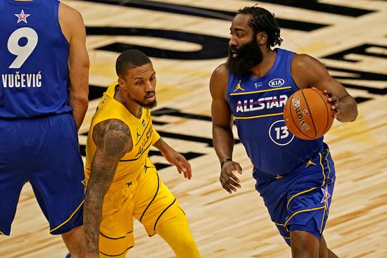 팀 듀란트 포워드 제임스 하든(오른쪽)이 8일(한국시간) 미국 조지아주 애틀란타의 스테이트 팜 아레나에서 열린 2021 NBA 올스타전에서 팀 르브론의 데미안 릴라드를 피해 드리블하고 있다. /사진=로이터