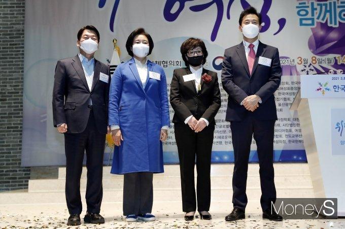 [머니S포토] 여성의날 기념식에서 만난 안철수·박영선·오세훈