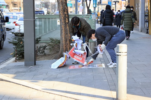 서울 동작구가 쾌적한 도시환경 조성을 위해 이달부터 12월까지 '불법광고물 수거보상제'를 시행한다고 8일 밝혔다. 사진은 지난해 관계자들이 불법광고물을 제거하는 모습./사진제공=동작구