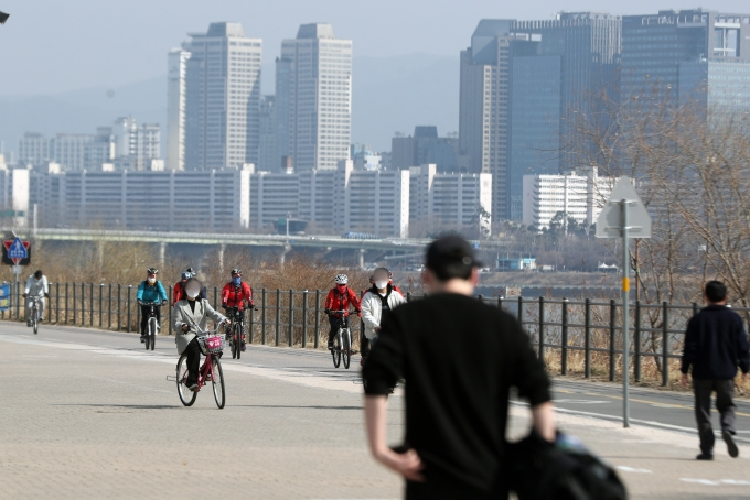 오늘은 전국 대부분 지역에서 낮 기온이 10도 이상으로 포근하지만 일교차가 커 옷차림에 신경써야 한다. 사진은 서울 한강뚝섬공원의 모습. /사진=뉴스1