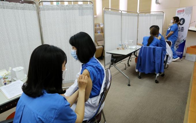 올해 코로나19 종식 가능성을 묻는 한 설문조사에서 54.0%가 가능성이 없다고 답했다. 사진은 서울 종로구 서울대학교병원에서 의료진들이 아스트라제네카 백신 접종을 하는 모습. /사진=뉴스1