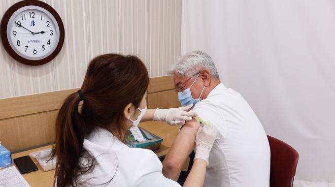 김영모 인하대병원장은 8일(전날) 화이자 백신을 접종했다./사진=인하대병원