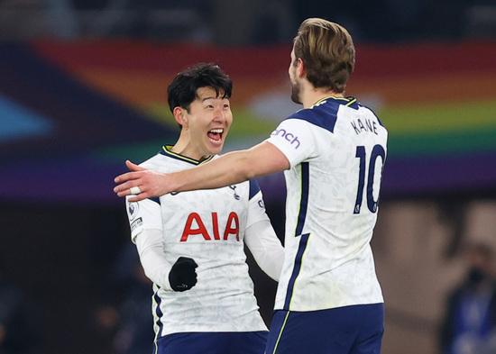 토트넘 홋스퍼 공격수 손흥민(왼쪽)이 8일(한국시간) 영국 런던의 토트넘 홋스퍼 스타디움에서 열린 2020-2021 잉글랜드 프리미어리그 27라운드 크리스탈 팰리스와의 경기에서 후반 31분 해리 케인의 득점을 도운 뒤 함께 기뻐하고 있다. /사진=로이터
