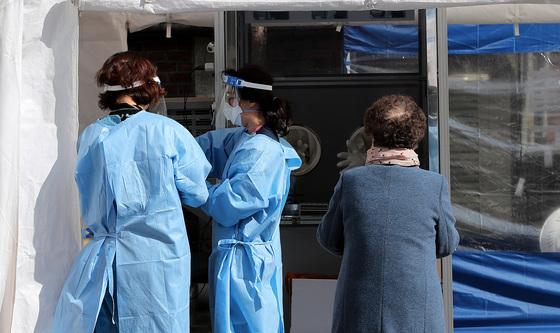 8일 오전 서울 중구 국립중앙의료원에 마련된 코로나19 선별진료소에서 의료진이 진단검사를 준비하고 있다. /사진=뉴스1