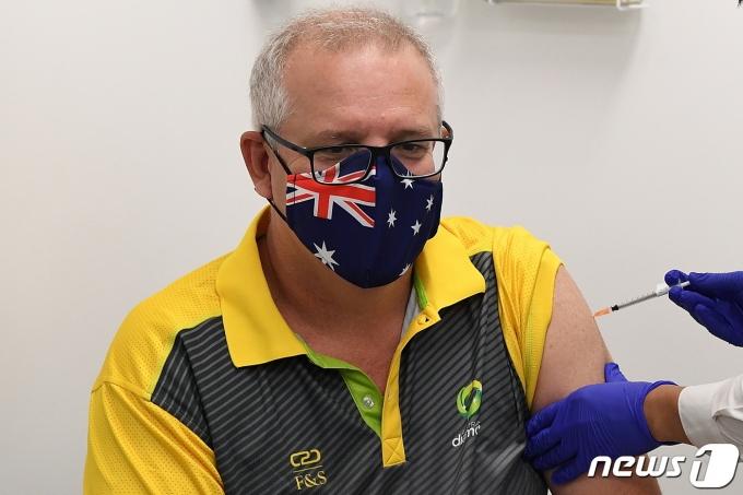 스콧 모리슨 호주 총리가 21일(현지시간) 신종 코로나바이러스 감염증(코로나19)백신을 맞고 있다. © 로이터=뉴스1 © News1 원태성 기자