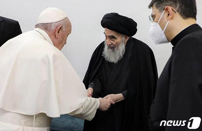 가톨릭 2000년 역사상 처음으로 이라크를 방문 중인 프란치스코 교황이 6일(현지시간) 이슬람 시아파 성지인 나자프에서 시아파 최고 지도자 아야톨라 알리 알시스타니와 만나 손을 잡고 있다. © AFP=뉴스1 © News1 우동명 기자
