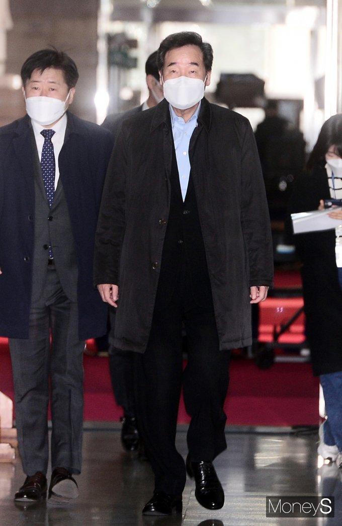 [머니S포토] 터벅터벅, 비공개 최고위 입장하는 민주당 '이낙연'