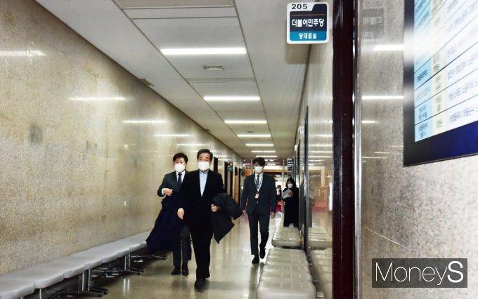 [머니S포토] 당대표실 향하는 민주당 '이낙연'