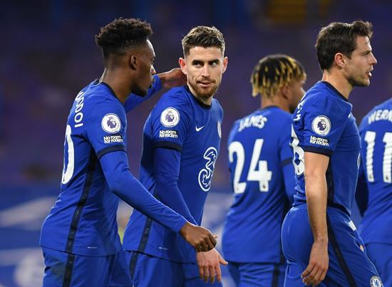 첼시 선수들이 9일(한국시간) 영국 런던의 스탬포드 브릿지에서 열린 2020-2021 잉글랜드 프리미어리그 27라운드 에버튼과의 경기에서 후반 20분 조르지뉴(왼쪽 두번째)의 페널티킥 득점이 터진 뒤 함께 기뻐하고 있다. /사진=로이터