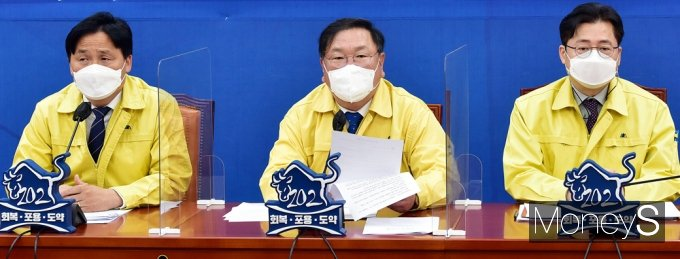 [머니S포토] 민주당 원내대책회의, 발언하는 '김태년'