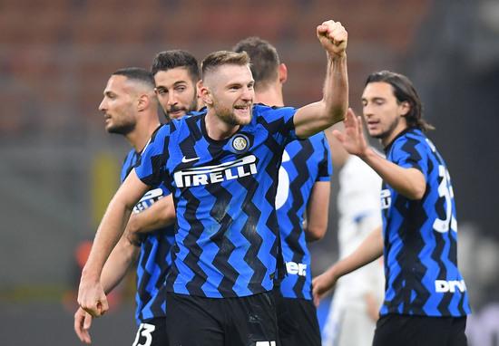 인터밀란 수비수 밀란 슈크리니아(왼쪽 세번째)가 9일(한국시간) 이탈리아 밀라노의 쥐세페 메아차에서 열린 2020-2021 이탈리아 세리에A 27라운드 아탈란타와의 경기에서 후반 9분 선취골을 터트린 뒤 동료들과 기뻐하고 있다. /사진=로이터