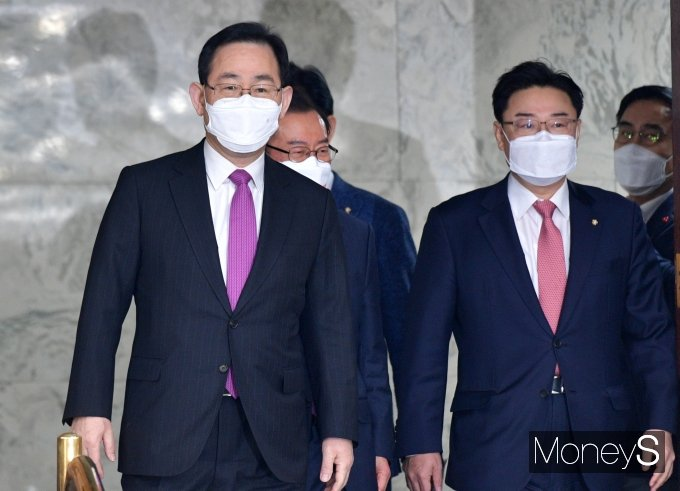 [머니S포토] 원내대책회의 참석하는 주호영·김성원
