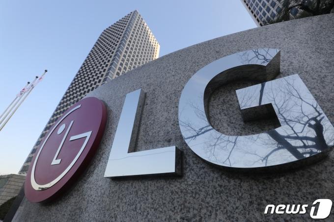 LG전자는 중국 전자회사 TCL을 상대로 제기한 특허침해 금지소송에서 승소했다. LG트윈타워 /사진=뉴스1