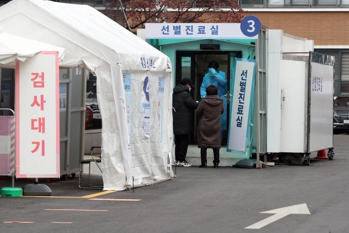 국내 코로나19 신규 확진자가 9일 0시 기준 446명 발생했다. 사진은 서울 중구 국립중앙의료원 선별진료소의 모습. /사진=뉴스1