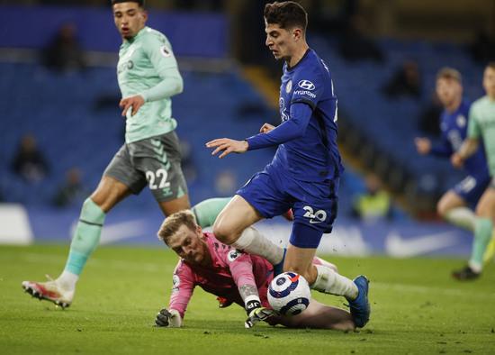 에버튼 골키퍼 조던 픽포드가 9일(한국시간) 영국 런던의 스탬포드 브릿지에서 열린 2020-2021 잉글랜드 프리미어리그 27라운드 첼시와의 경기에서 후반 19분 상대 미드필더 카이 하베르츠를 막아서고 있다. /사진=로이터