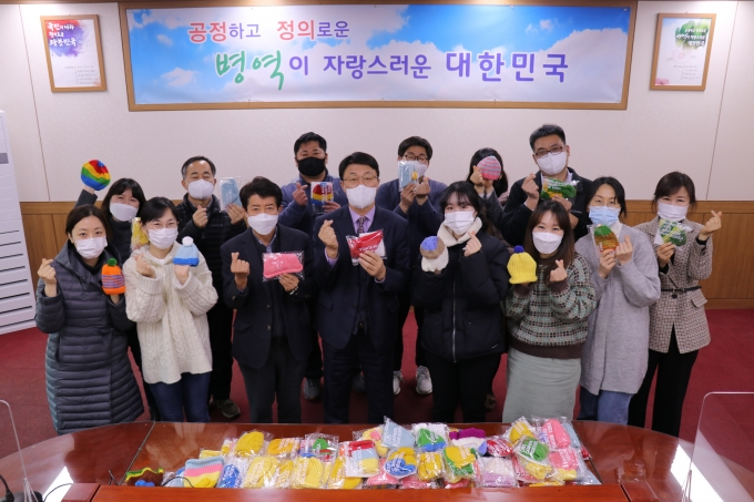부산지방병무청 행복더하기 봉사단은 국제아동구호단체 세이브더칠드런이 주관하는 '신생아살리기 모자뜨기 캠페인'에 100여개의 털모자를 전달했다./사진=부산병무청