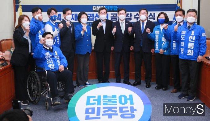 [머니S포토] 대표 퇴임 앞둔 이낙연, '4.7 재보선' 후보 공천장 수여
