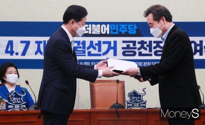 [머니S포토] 퇴임 앞둔 이낙연, 김영춘 후보 공천장 전달