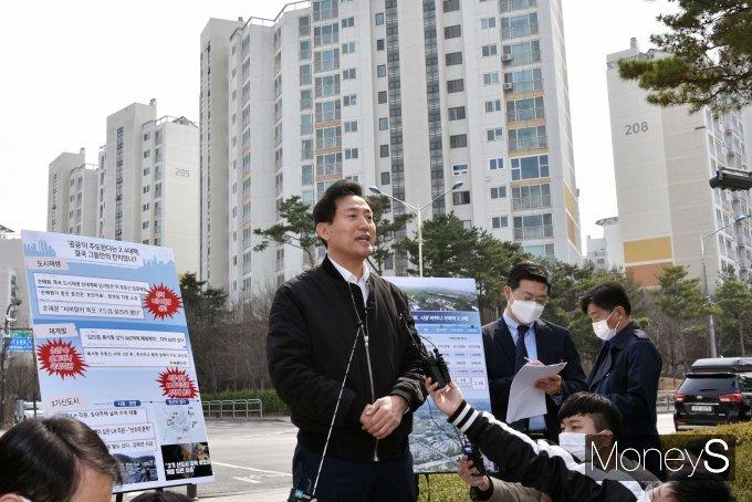 [머니S포토] SH분양원가은폐 의혹 입장 발표하는 오세훈 후보
