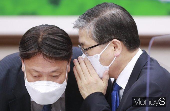 [머니S포토] LH 땅 투기 의혹 국회 현안질의, 귀엣말 나누는 국토부 '변창흠'