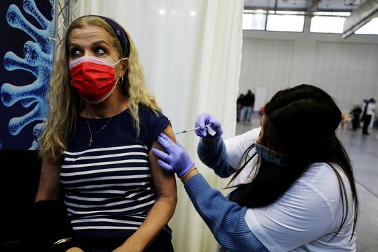 신종 코로나바이러스 감염증(코로나19) 백신 접종률 1위인 이스라엘이 이르면 다음주  집단면역 목표치에 다다를 것으로 보인다. 사진은 지난 1월28일 한 여성이 이스라엘 페타 티크바의 임시 접종센터에서 백신을 접종받는 모습. /사진=로이터