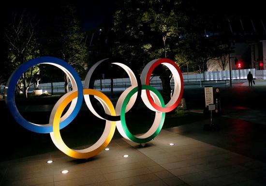 일본이 도쿄올림픽 개최를 위해 안간힘을 쓰고 있다. 사진은 일본 도쿄 국립경기장 앞에서 설치된 올림픽 링 조형물. /사진=로이터