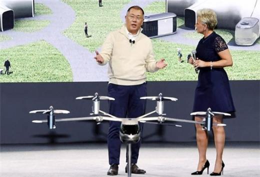 모빌리티 기업으로의 전환을 선포한 현대자동차그룹이 미래 사업의 핵심 중 하나인 'UAM'(도심항공모빌리티) 사업의 글로벌 거점을 미국에 세운다. 사진은 정의선 현대차그룹 회장이 2020CES에서 UAM과 관련한 비전을 설명하는 모습. /사진제공=현대차그룹