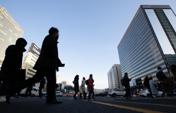 법무부가 국내 1인가구의 급격한 증가에 따라 기존의 다인가구 중심 법제도 개선을 추진한다. 사진은 서울 세종대로 광화문사거리의 모습. /사진=뉴스1