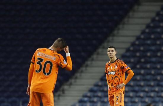유벤투스 공격수 크리스티아누 호날두(오른쪽)가 지난달 18일(한국시간) 포르투갈 리스본의 에스타디우 두 드라강에서 열린 2020-2021 유럽축구연맹 챔피언스리그 16강 1차전 FC포르투와의 경기에서 전반 42분 상대 공격수 무사 마레가에게 두번째 실점을 허용한 뒤 답답한 표정으로 킥오프를 준비하고 있다. /사진=로이터