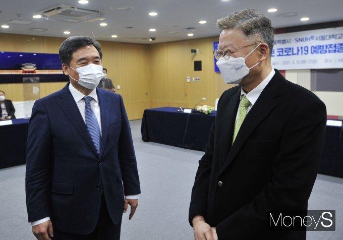 [머니S포토] 김연수 서울대병원장과 대화하는 서정협 권한대행