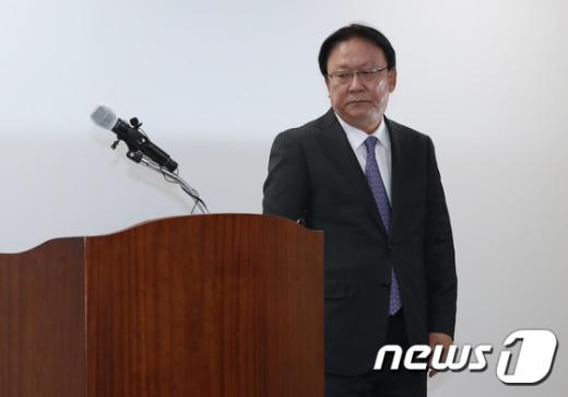 박근희 CJ대한통운 대표이사가 22일 오후 서울 중구 태평로빌딩에서 택배 노동자 사망 사건과 관련, 사과문 발표위해 단상으로 향하고 있다./사진=뉴스1