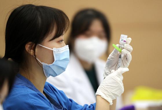 65세 이상 고령층에 대한 아스트라제네카 백신 접종 여부가 오는 10일 결정된다. /사진=뉴스1