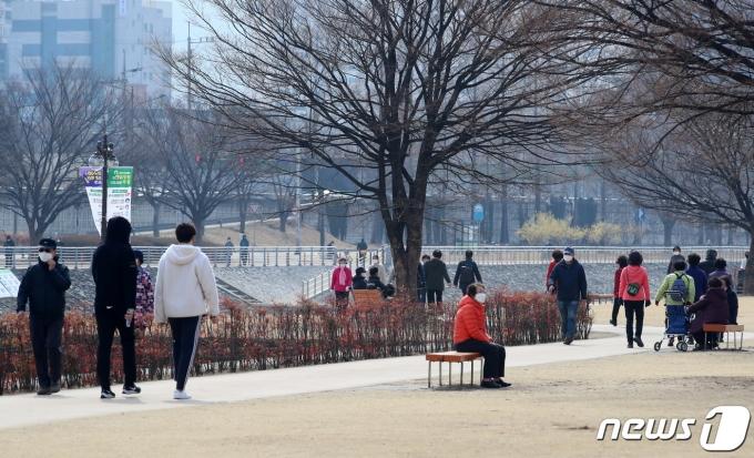 봄기운이 완연한 9일 오전 대구 남구 희망교 둔치에서 가벼운 옷차림의 시민들이 산책하고 있다. 2021.3.9/뉴스1 © News1 공정식 기자