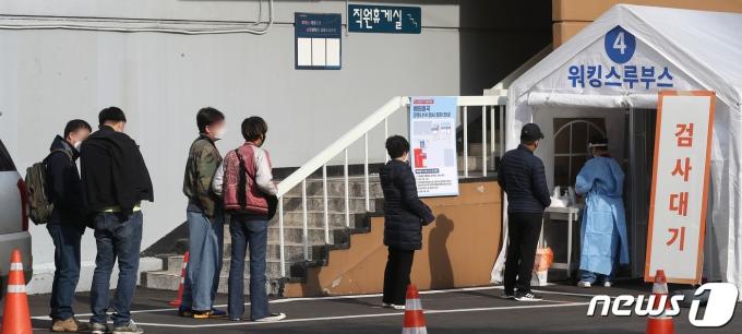 9일 서울 중구 국립중앙의료원 내 해외출국 선별진료소에서 시민들이 코로나19 검사를 기다리고 있다. 2021.3.9/뉴스1 © News1 임세영 기자